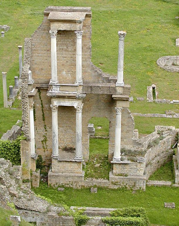 Edificio scenico con colonne corinzie