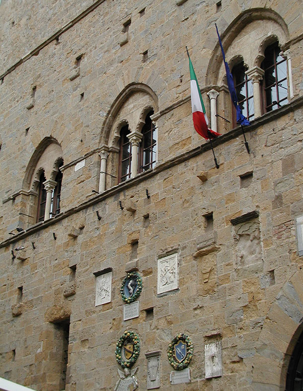 Palazzo dei Priori, particolare della facciata