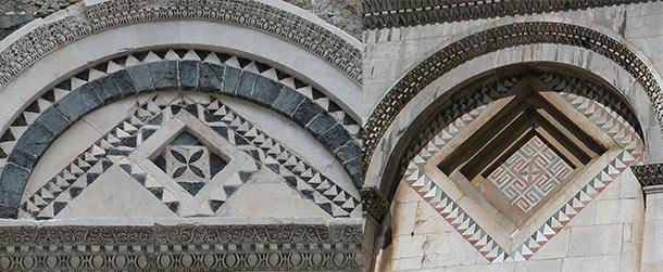 Confronto tra gli elemendi decorativi del Duomo di Volterra (a sinistra) e quelli del Duomo di Pisa (a destra)