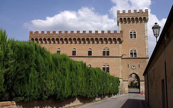 Vista frontale del castello con la torre e l'arco
