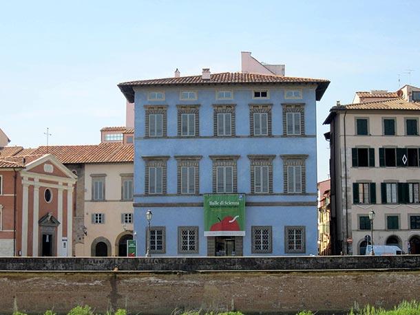 La facciata del Palazzo Blu