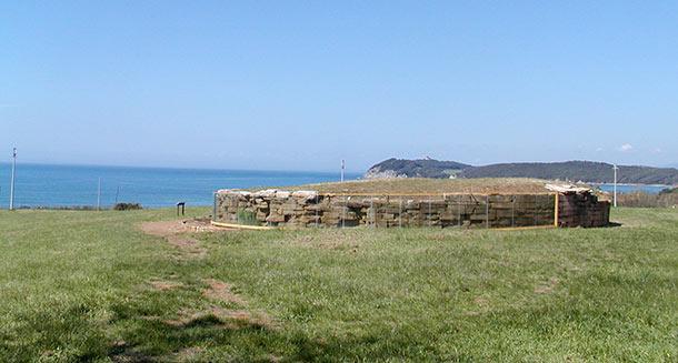 Tomba a tumulo della necropoli di S.Cerbone con vista del Golfo di Baratti