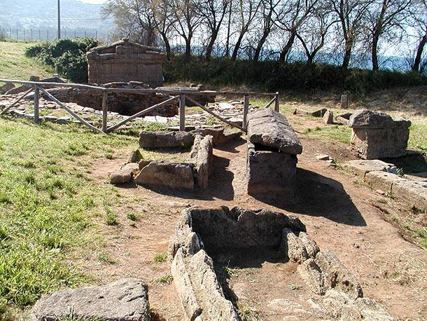 Tomba a edicola (in alto a sinistra) e a cassone o sarcofago (in basso)