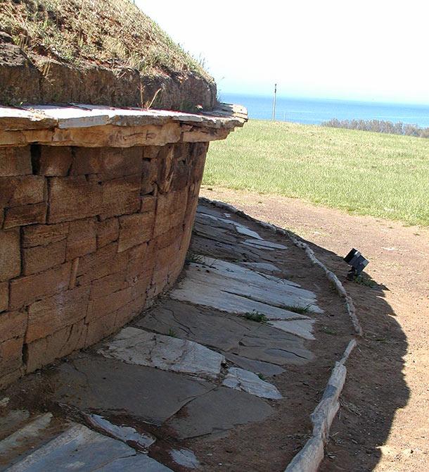 Tomba dei i Carri, particolare del tamburo con gronda e marciapiede